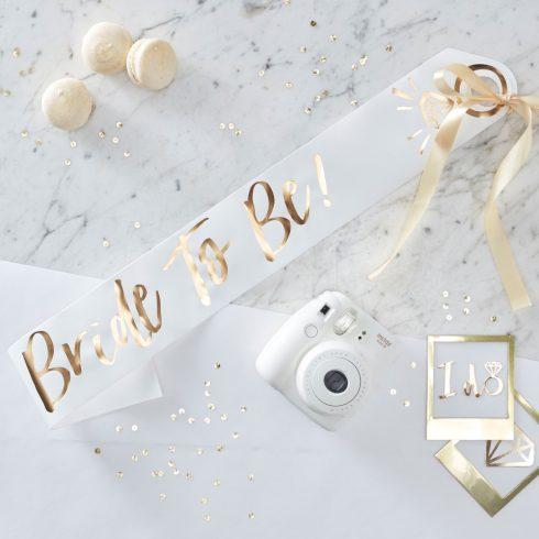 """""""Bride to be"""" fehér-arany színű lánybúcsú vállszalag"""
