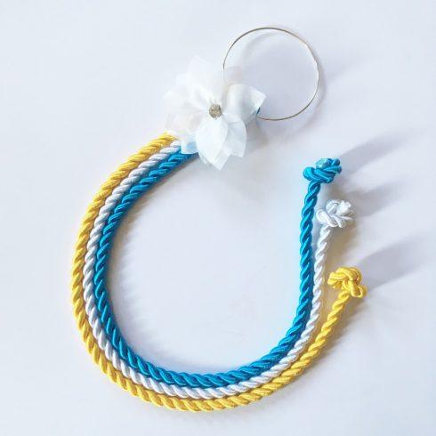 Selyemfényű kötelek karikára fűzve választható dísszel (sárga-fehér-türkiz)