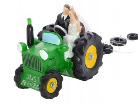 Nászpár traktoron
