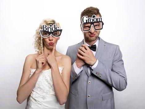 """""""Bride"""" és """"Groom"""" szemüveg pálcika esküvői fotókellék"""