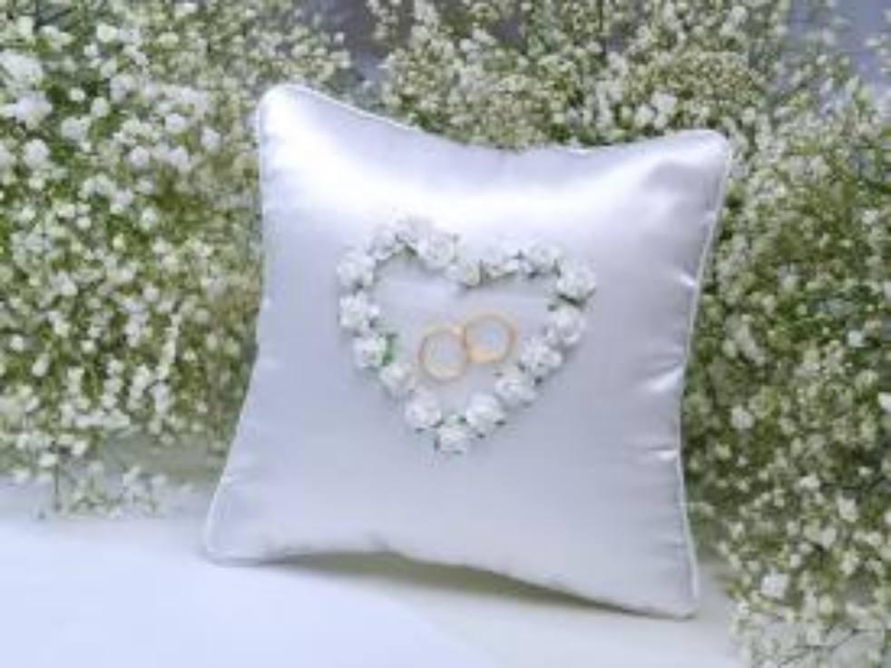 3cfedd49ad Fehér rózsa - gyűrűpárna - Köszönettel.hu esküvői webáruház