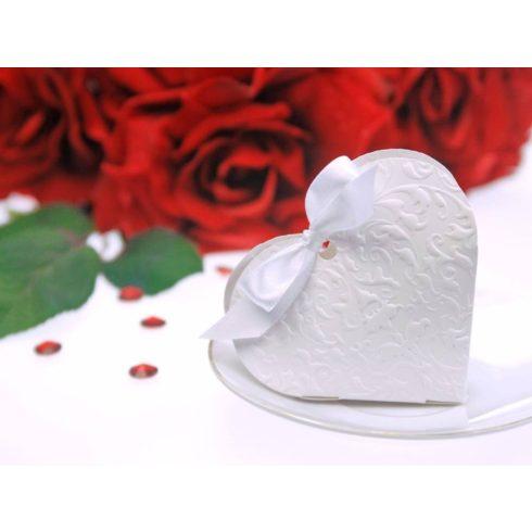 Fehér szív alakú papírdoboz