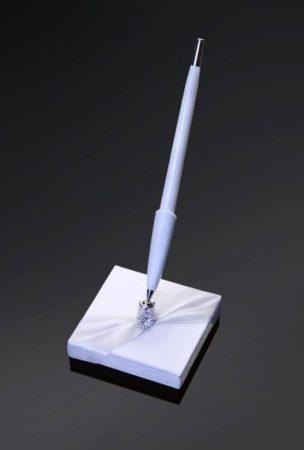 Fehér tollkészlet ezüst dísszel