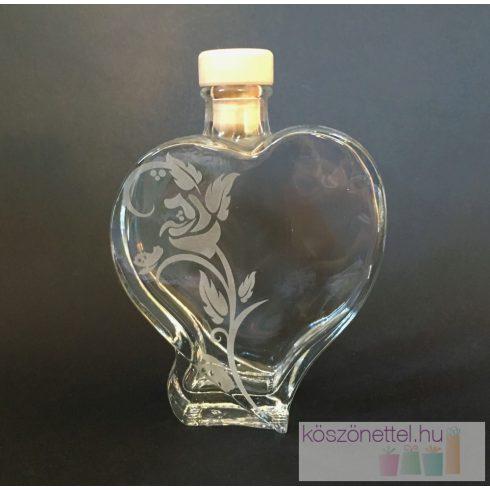 Szív alakú üveg rózsamintával gravírozva (200 ml)
