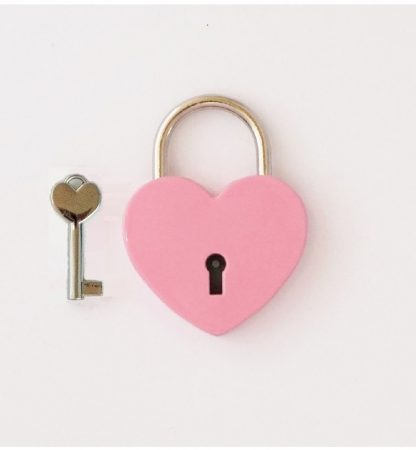 Rózsaszín szív alakú szerelemlakat