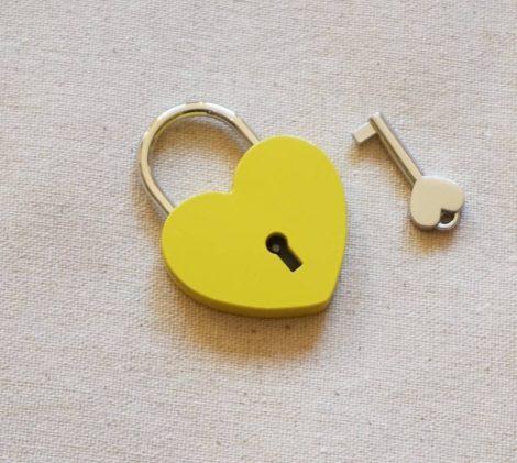 Szív alakú szerelemlakat - sárga