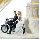 Motorozó ifjú pár
